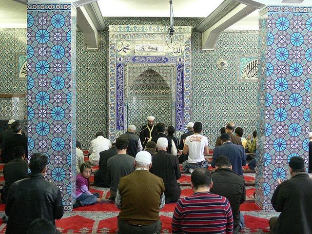 Betende Moslems in einer Moschee