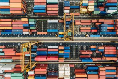 Container Logistik im Hafen mit Pneumatik