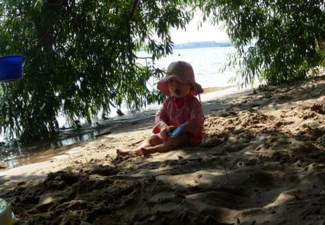 Badesaison an Strand und Meer:Baby am Strand