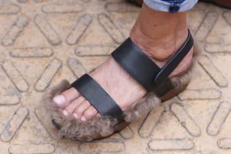 Schöne Schuhe: Sandale mit Felleinlage